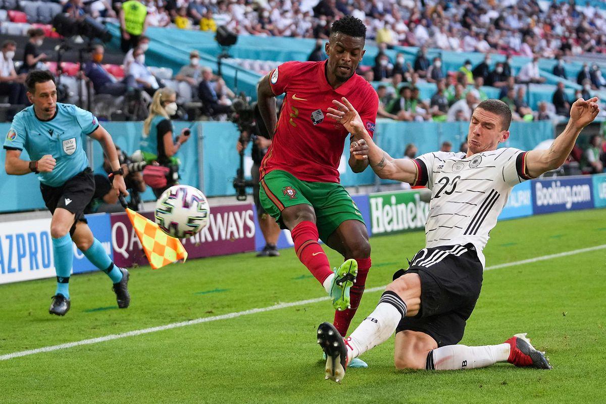 Robin Gosens ist beim Sieg gegen Portugal um Nelson Semedo (l.) der Mann des Spiels.