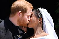 19.05.2018, Großbritannien, Windsor: Der britische Prinz Harry und seine Frau Meghan küssen sich auf den Stufen der St.-Georgs-Kapelle nach der Trauung. Prinz Harry of Wales hat Meghan Markle geheiratet. (veränderter Bildausschnitt) Foto: Ben Stansall/PA Wire/dpa +++ dpa-Bildfunk +++
