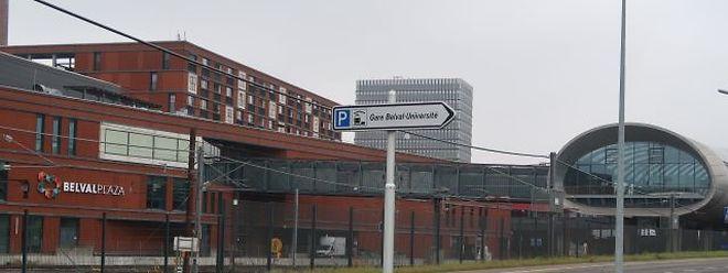 Den Weg in das Bahnhofsparkhaus finden die wenigsten, während sich auf der anderen Seite der Gleise die Autos im Parkhaus unter demEinkaufszentrum stauen.