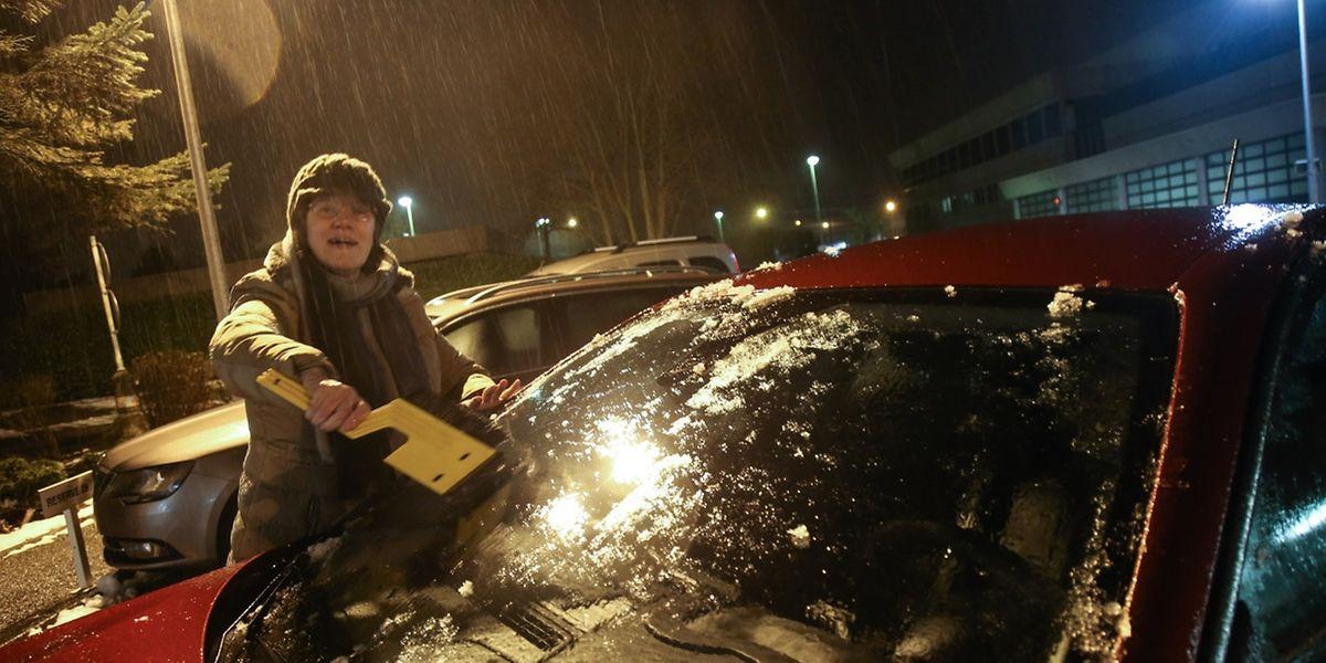 Autos und Gehwege waren am Freitagabend mit einer Eisschicht überzogen.