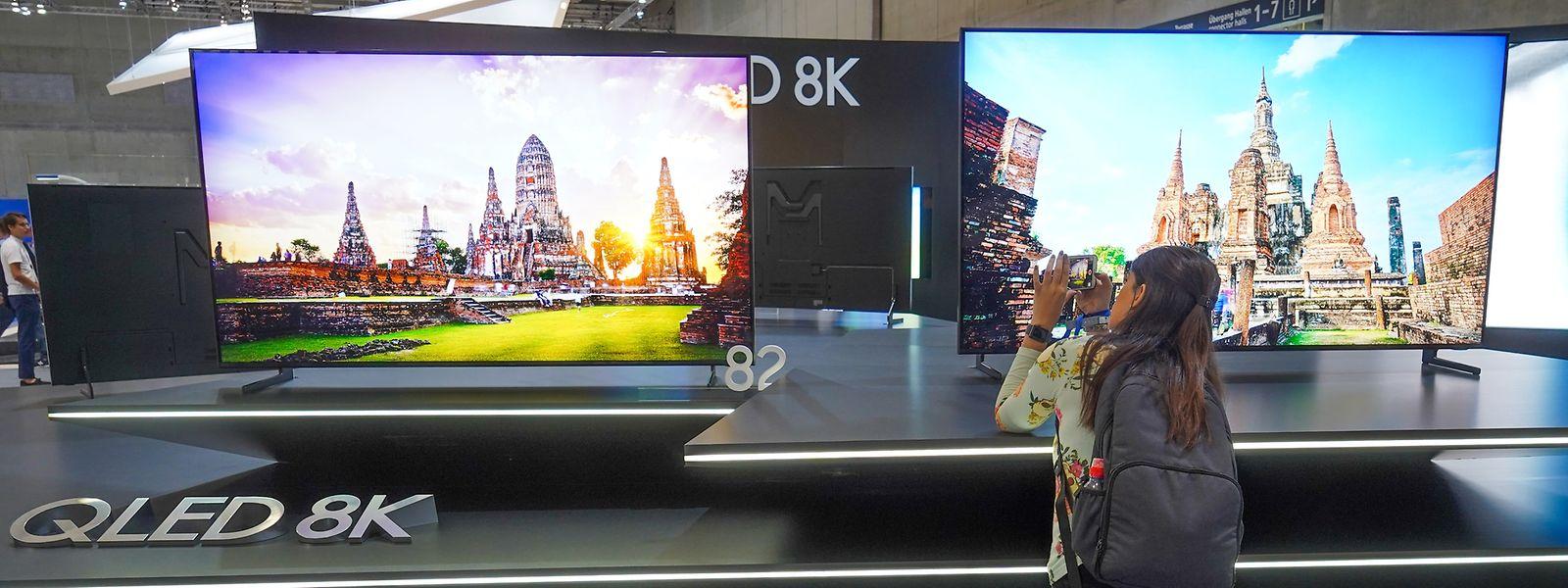 Am Stand von Samsung werden die neuesten QLED 8K Fernseher vorgestellt.