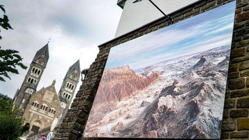 """Von wegen öde Landschaft: Mit den zeitgenössischen Fotografien setzt die Asbl """"Cité de l'image"""" Akzente in der Abteistadt Clerf."""