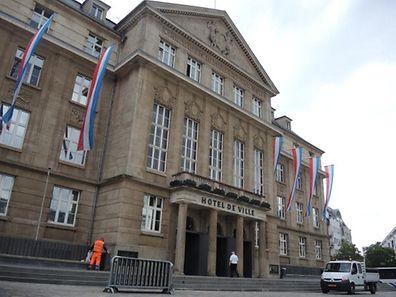 Stadthaus Esch/Alzette mit Nationalfahne Tricolore zu Nationalfeiertag 2015