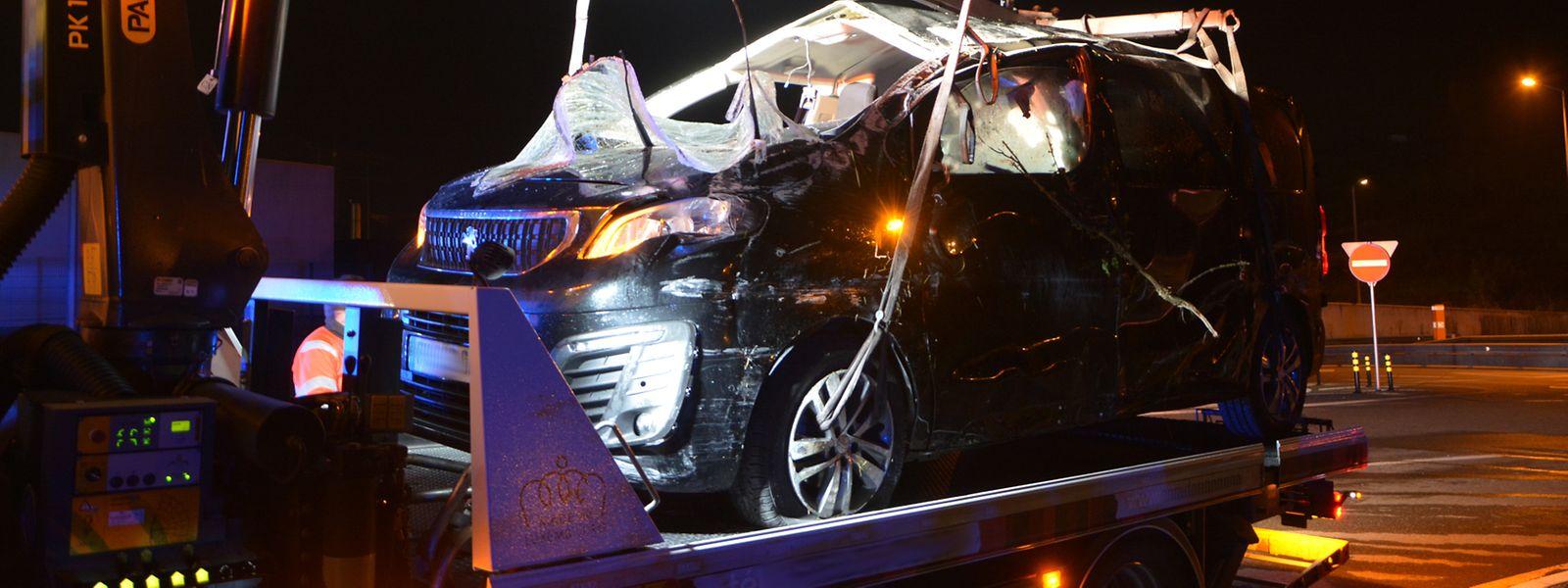 Das Unfallfahrzeug wird am frühen Sonntagmorgen abgeschleppt.