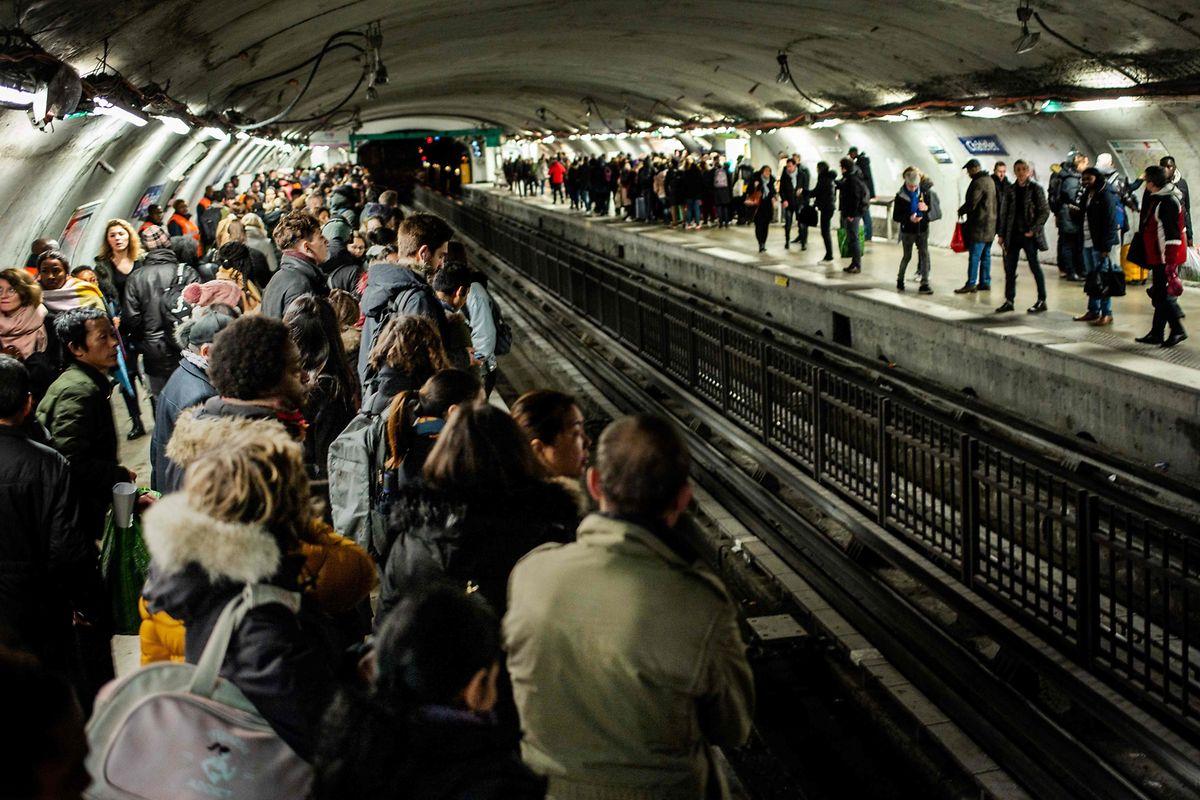 Les perturbations étaient nombreuses, lundi, dans les transports en commun du pays, comme ici dans le métro parisien.