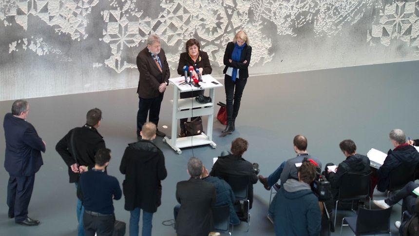 La membre du Parlement européen Ana Gomes (groupe des socialistes et démocrates) s'adresse à la presse dans le somptueux hall du port franc au Findel. A ses côtés Robert Goebbels, président de la société de gestion, et Evelyn Regner, ancienne membre de la Commission Pana. ⋌(PHOTO: C. KARABA)
