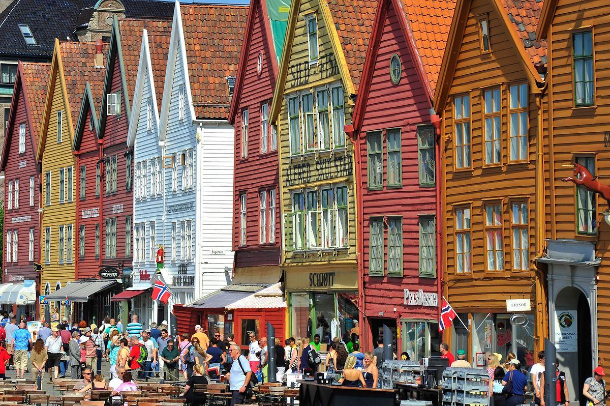 Bergen, deuxième ville du pays: Les maisons en bois ont une apparence très plaisante due à la diversité des couleurs avec lesquelles elles sont peintes.