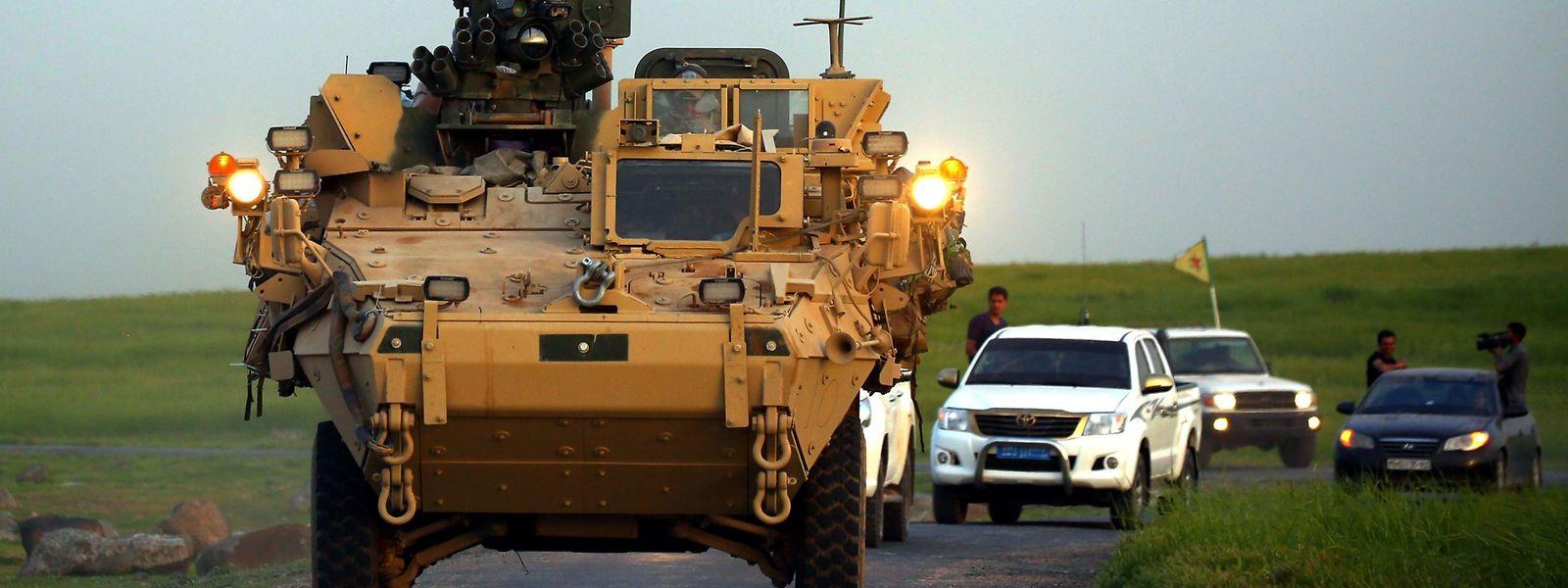 US-Truppen in Begleitung kurdischer Kämpfer der YPG.