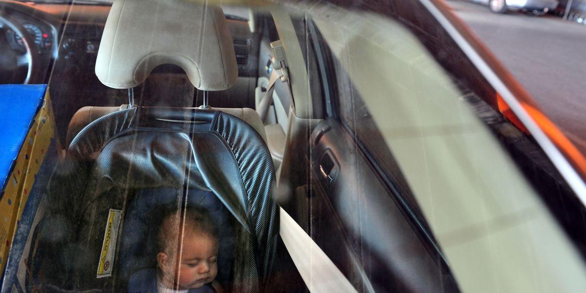 Wer ein Kind im Wagen zurücklässt, bringt es in Lebensgefahr.