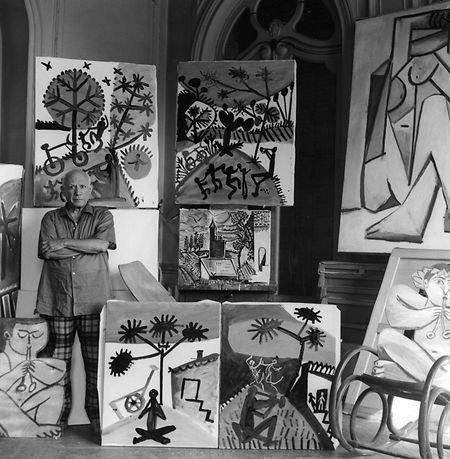 O artista entre as suas obras, momento registado por Edward Quinn.