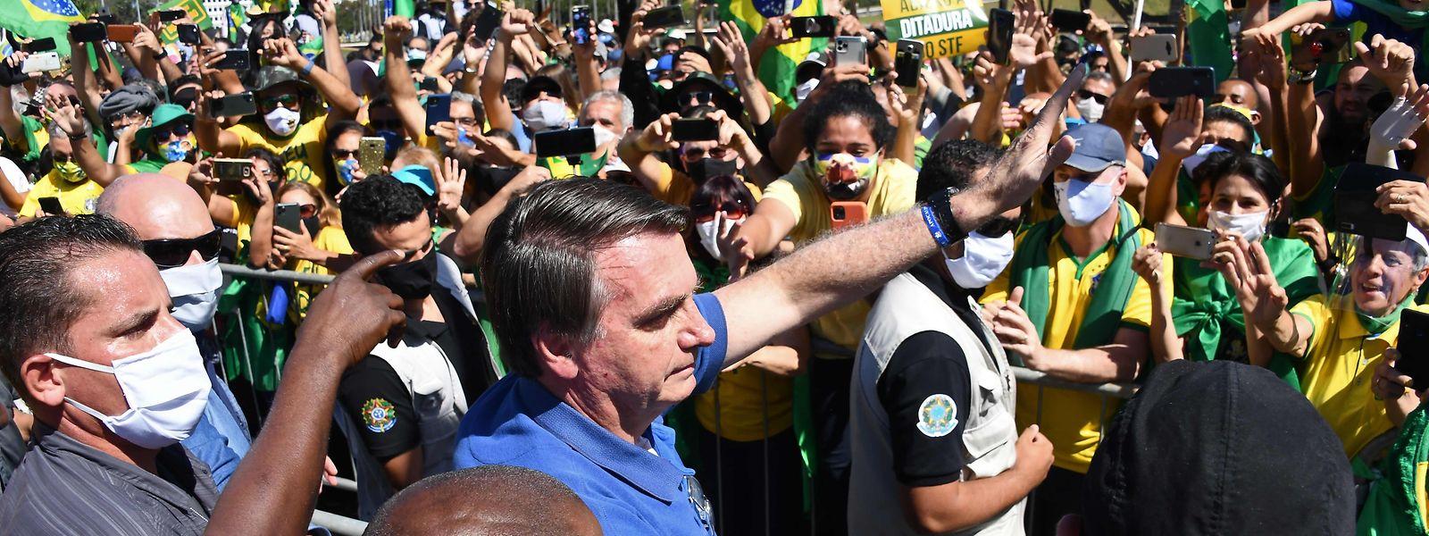 Brasiliens Präsident Jair Bolsonaro lässt sich von seinen Anhängern feiern: Von Abstandsregeln und Mundschutz hält er wenig.