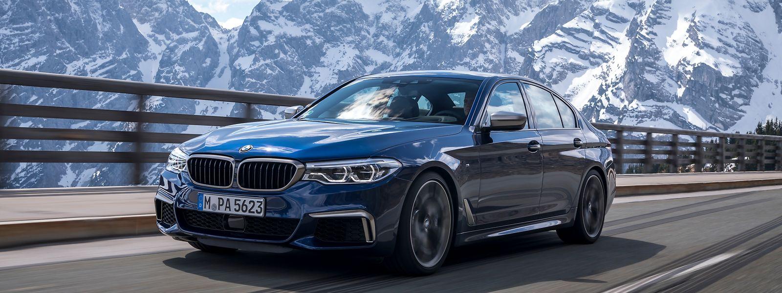 Der BMW M550i xDrive sprintet bei Bedarf in 4,0 Sekunden von 0 auf 100 km/h und erreicht eine elektronisch begrenzte Höchstgeschwindigkeit von 250 km/h.