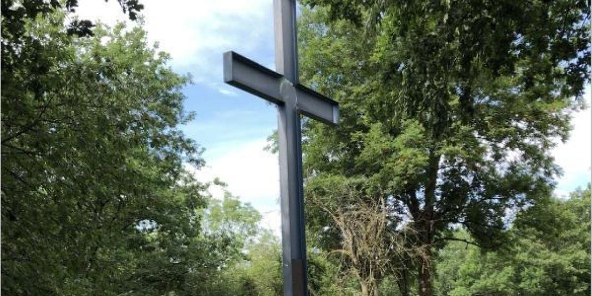 Auf dem unteren Teilstück des Kreuzes ist der Sonnengesang (Gesang der Geschöpfe) von Franz von Assisi zu lesen.