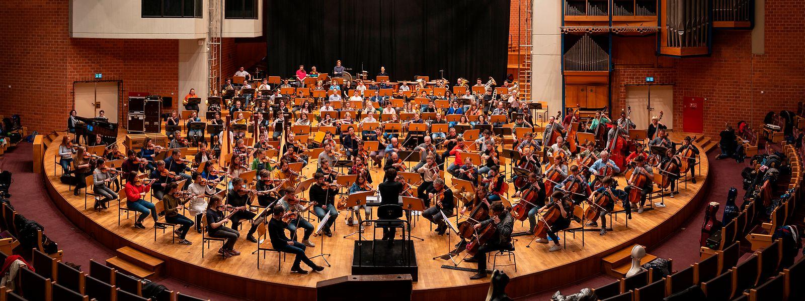 Schostakowitsch bis zum Feinschliff: Jugendliche und Berufsmusiker des OPL proben im Konservatorium der Stadt.