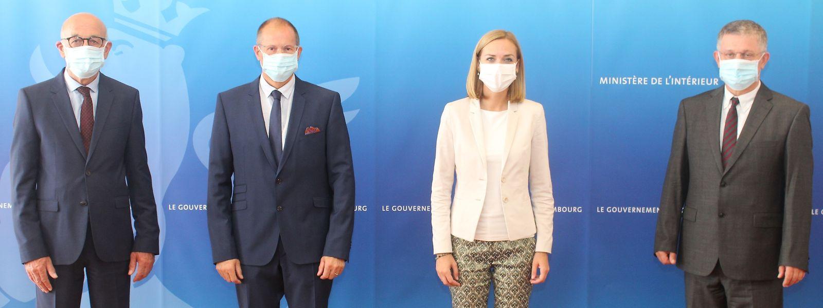Von links nach rechts: Die Schöffen Martin Bohler und Jean-Claude Ruppert, Innenministerin Taina Bofferding und Bürgermeister Thomas Wolter.