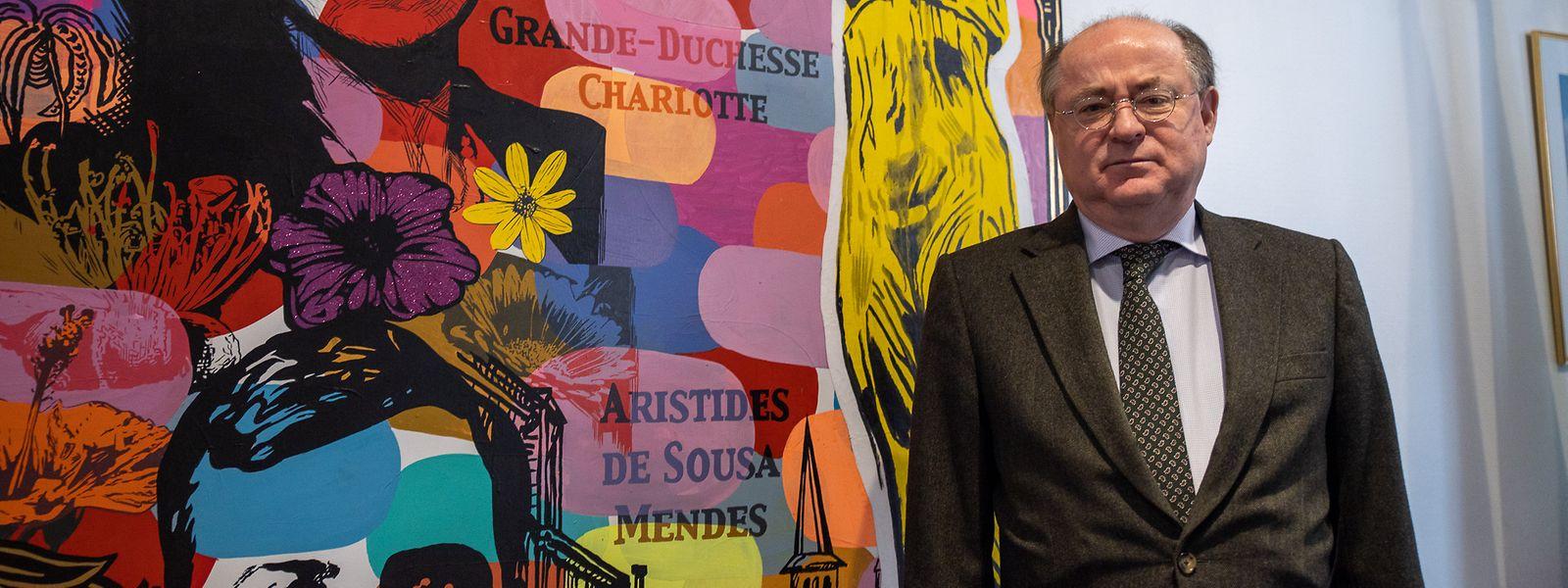 António Gamito, embaixador de Portugal no Luxemburgo, ao lado de um quadro que representa a  Grã - Duquesa Charlotte, antepassada do atual Grão- Duque que é descendente da portuguesa Maria Ana de Bragança.