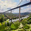 15.08.2018, Rheinland-Pfalz, Zeltingen-Rachtig: An der rund 1,7 Kilometer langen Hochmoselbrücke läuft derzeit die Verschubphase für das letzte rund 231 Meter lange Teilstück, das den Hunsrück mit der Eifel verbinden wird. Die Hochmoselbrücke soll im kommenden Jahr fertiggestellt werden.   (zu dpa «Endspurt über der Mosel: Die Mega-Brücke steht quasi» vom 22.08.2018) Foto: Thomas Frey/dpa +++ dpa-Bildfunk +++