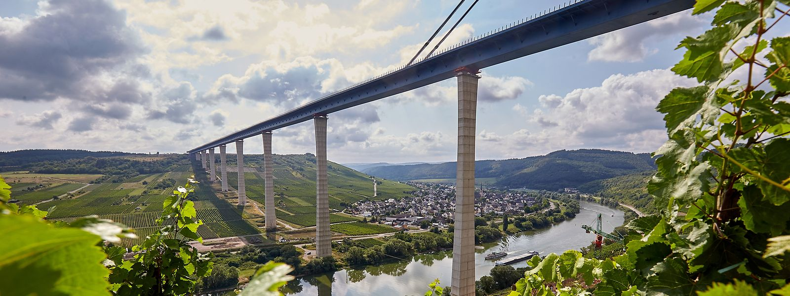 An der rund 1,7 Kilometer langen Hochmoselbrücke läuft derzeit die Verschubphase für das letzte rund 231 Meter lange Teilstück, das den Hunsrück mit der Eifel verbinden wird. Die Hochmoselbrücke soll im kommenden Jahr fertiggestellt werden.