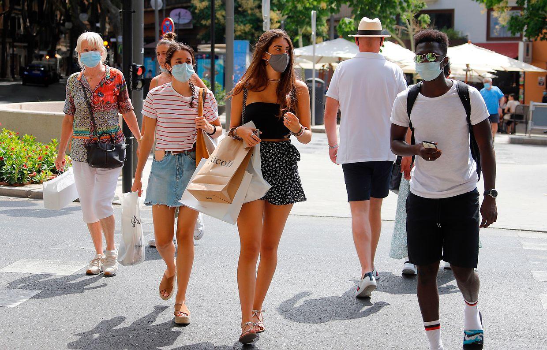 Touristen sind auf Mallorca nur noch mit Mundschutz zu sehen.