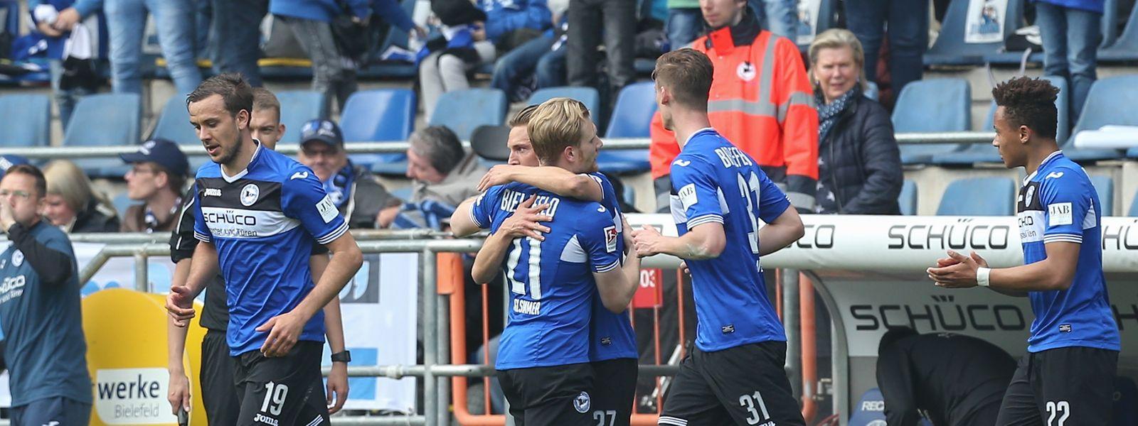 Bielefelds Torschütze Andreas Voglsammer (Mitte) feiert seinen Treffer zum 1:0 mit Konstantin Kerschbaumer.