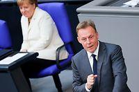 ARCHIV - 28.06.2016, Berlin: Bundeskanzlerin Angela Merkel (CDU) hört in der Sondersitzung des Bundestages nach dem Brexit-Votum der Briten für einen EU-Austritt dem damaligen SPD-Fraktionsvorsitzenden Thomas Oppermann zu. (zu dpa: Bundestagsvizepräsident Oppermann tot) Foto: picture alliance / dpa +++ dpa-Bildfunk +++