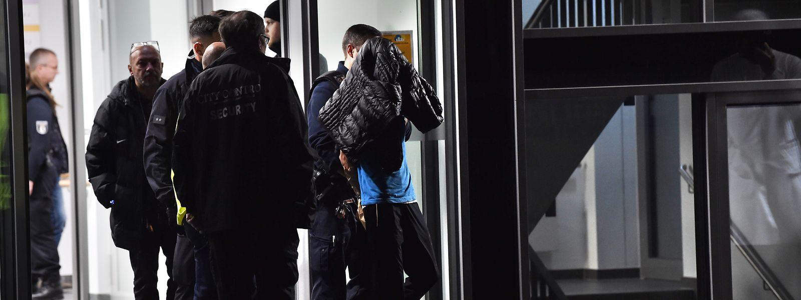 Der mutmaßliche Täter wird aus der Berliner Schlosspark-Klinik abgeführt. Er soll zuvor den Arzt Fritz von Weizsäcker erstochen haben.
