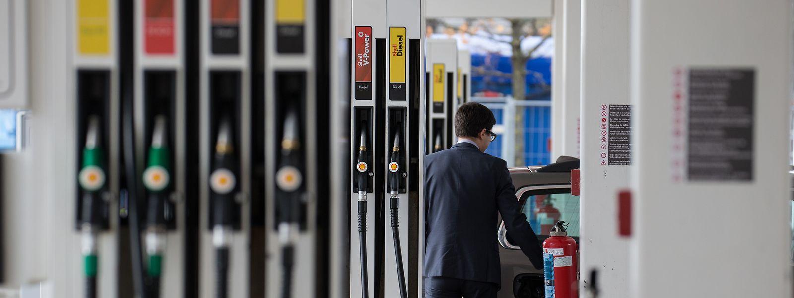 Der Abschied vom Tanktourismus hat begonnen: Billiger Sprit wird in absehbarer Zukunft der Vergangenheit angehören.