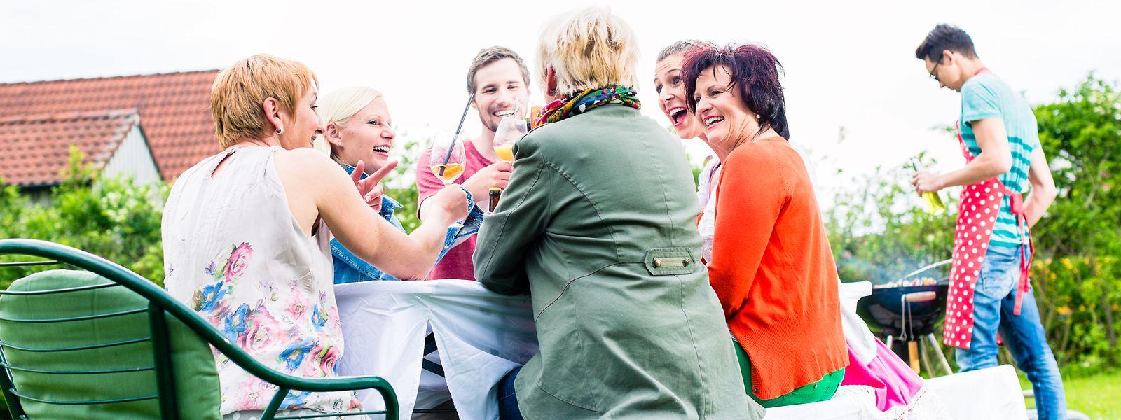 Freunde statt Fremde: Die Nopeschfester sollen dabei helfen, das Eis zu brechen – für ein geselligeres Zusammenleben.⋌ Foto: Shutterstock