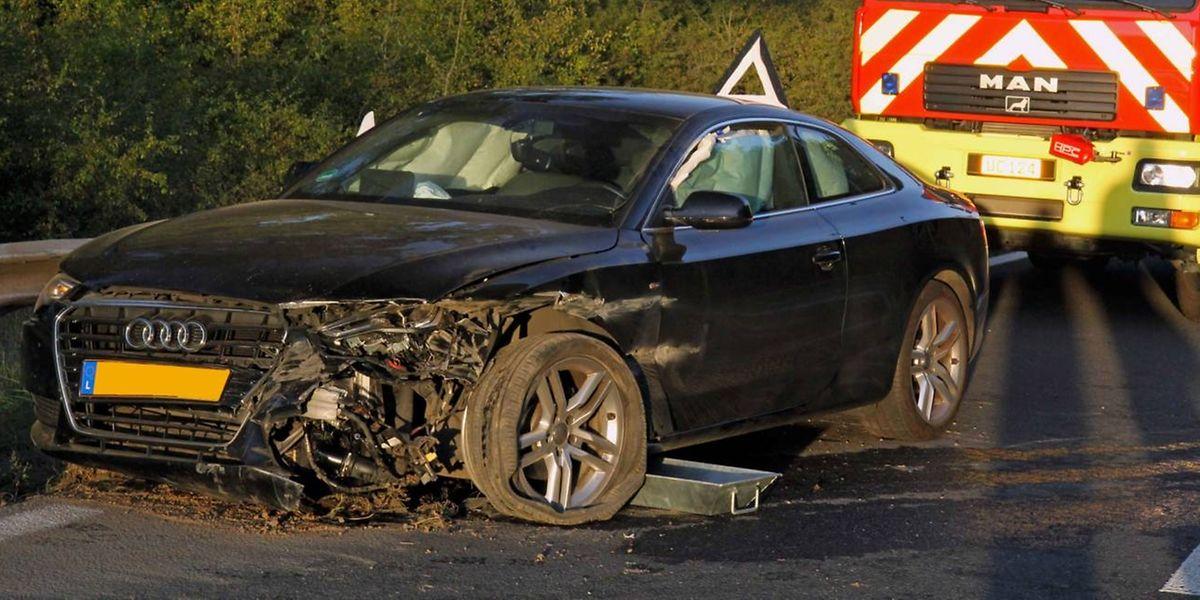 Der beschädigte Wagen an der Unfallstelle auf der Autobahnauffahrt Mertert.