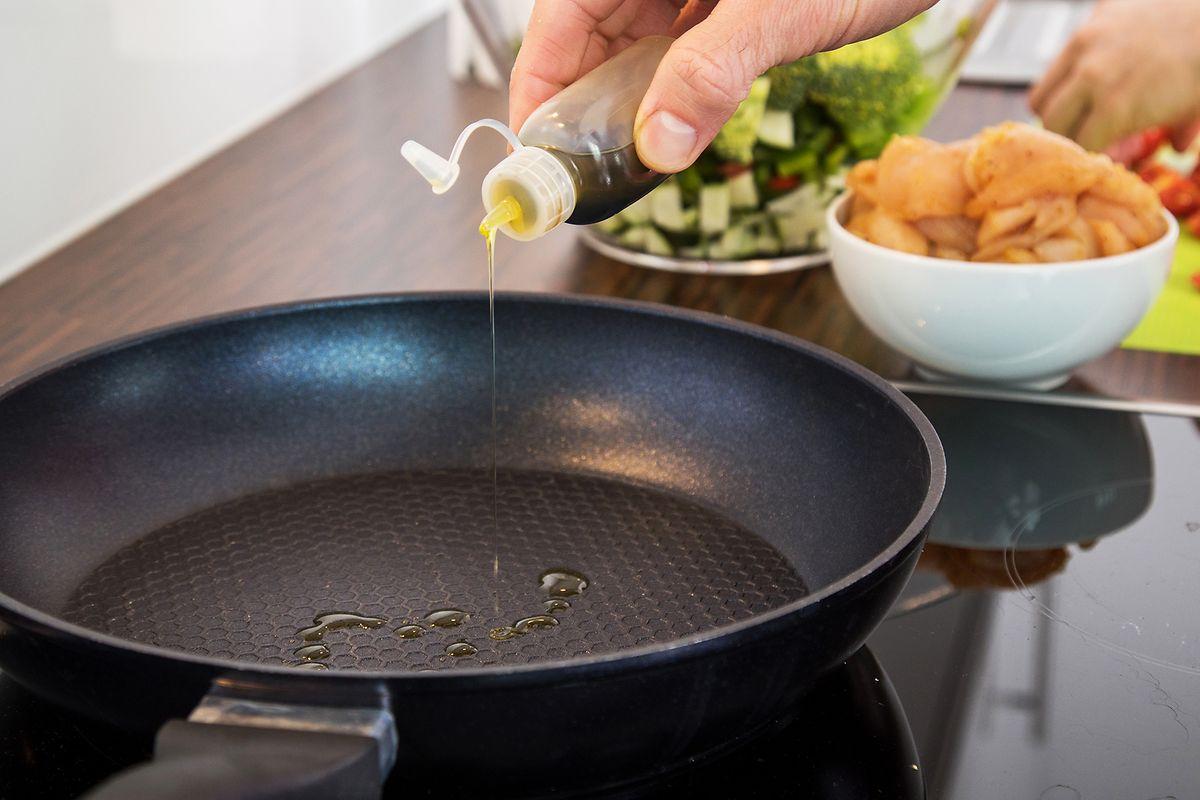 In einer gut beschichteten Pfanne braucht man weniger Öl zum Anbraten - das ist gut für die Kalorienbilanz.