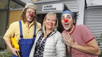 Coordinator Joëlle Dries-Golinski between the clowns Jazzy (left) and Perocor (right).