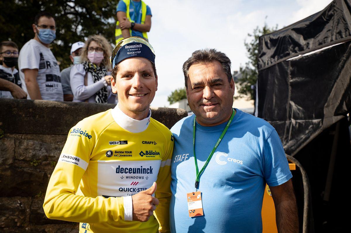 João Almeida cumprimenta Acácio da Silva depois de ganhar a Volta ao Luxemburgo.