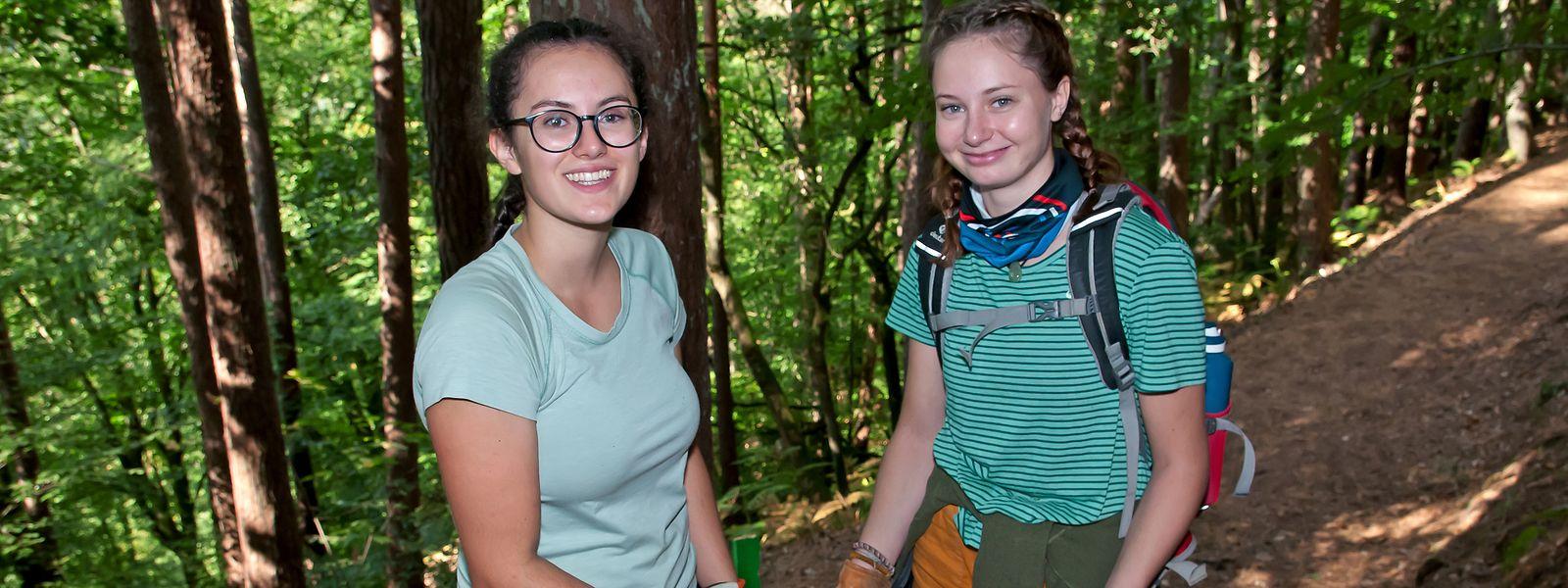 Wie Lisa Jadin (links) und Jella Weis waren rund 300 Freiwillige unterwegs, um die Wanderwege zu säubern.