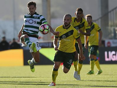 Pacos de Ferreira's Leandro Silva (R) vies for the ball with Sporting�s Adrien Silva (L) during their Portuguese First League soccer match held at Mata Real stadium in Pacos de Ferreira, Portugal, 20 August 2016. ESTELA SILVA/LUSA