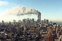 ARCHIV - 11.09.2001, USA, New_York: Blick über das Häusermeer von Manhattan auf die brennenden Zwillingstürme des World Trade Centers. Zwei Flugzeuge sind innerhalb von kürzester Zeit in das World Trade Center in New York gestürzt - der Beginn einer Serie von verheerenden Terroranschlägen in den USA. Die USA gehen davon aus, dass Terroristen dafür verantwortlich sind. Die Zwillingstürme des World Trade Centers sind nach Explosionen im unteren Teil der Gebäude inzwischen eingestürzt. Tausende Menschen sollen verletzt worden sein. (zu dpa «20 Jahre 9/11: Terroranschläge in den USA») Foto: -/Ipol/dpa +++ dpa-Bildfunk +++