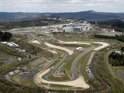 Auf einem Teilbereich des Nürburgrings dürfen so genannte Touristenfahrer ihre eigenen Autos testen.